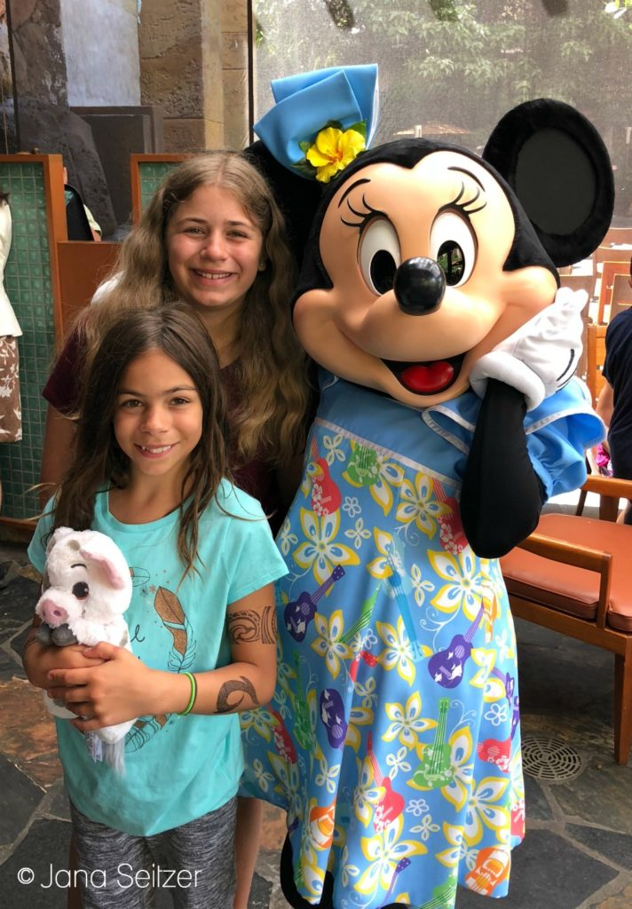 photo with Minni at Disney Character Dining experience at Makahiki